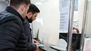 Omladina PSGi Nove poklonile Gramatiku ministru Šarčeviću