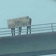 Oni su našli efikasan način da OTERAJU TURISTE: Sačekali ih sa transparentom na kome piše... (FOTO)