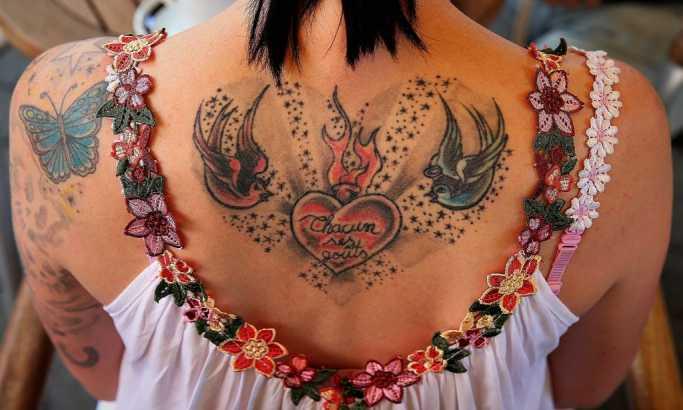 Opasni novi trend vlada među ljubiteljima tetovaža jer su pronašli najopasniji deo tela za tetoviranje (FOTO)
