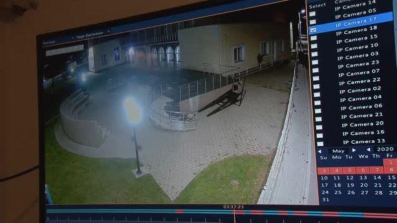 Opljačkan bankomat u Gračanici, pljačakšima pukla guma