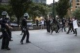 Osmi dan protesta, još jedna noć nemira: Hiljade uhapšenih, ranjeno petoro policajaca FOTO