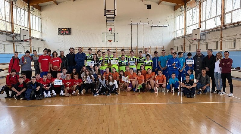 Osnovnoj školi Bratstvo oba košarkaška trofeja na nivou okruga