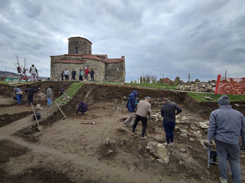 Ostaci objekta, novčići i grobovi pronađeni u porti Petrove crkve