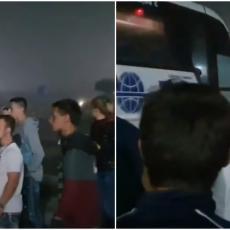 Ostajemo čitavu noć: Građani Velike Kladuše patroliraju sa policijom, proveravaju da li ima migranata u autobusima (VIDEO)