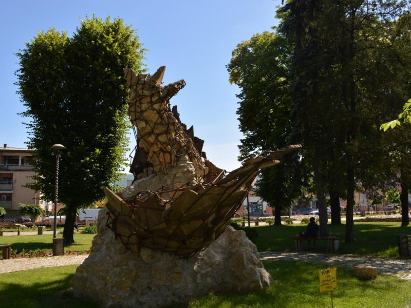 Oštećena skulpura kod Momčilovog grada u Pirotu