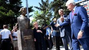 Otkrivena bista Medlin Olbrajt u Prištini