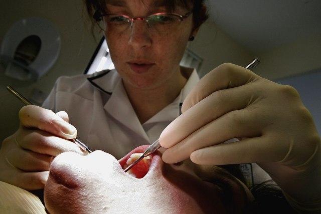 Ispali su im zubi: Da li je ovo još jedna posledica koronavirusa?