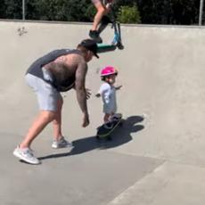 Ova malecka još nije naučila da hoda - ali zato zna da vozi skejt kao profi! (VIDEO)