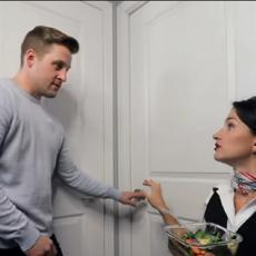 Ova stjuardesa radi od kuće - da, još je smešnije kad vidite kako to izgleda! (VIDEO)