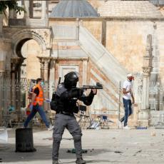 PAKAO NA HRAMOVNOJ GORI: Bukti sukob od ranog jutra, Palestinci kamenicama udarili na policiju, branili se šok bombama (FOTO/VIDEO)