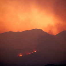 PANIKA! AMERIKA U PLAMENU, DIKSI NEMA MILOSTI: Najveći požar u Kaliforniji guta domove, ide ka zapadu (FOTO/VIDEO)