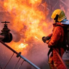PANIKA NA KANAREVOM BRDU! Izbio požar u elektro-ormaru zgrade, STANARI HITNO EVAKUISANI