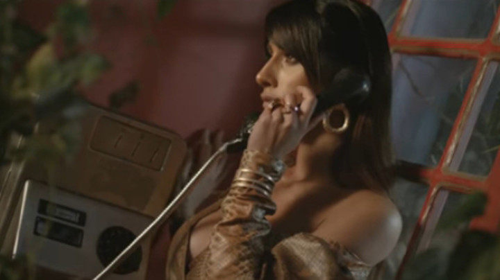 PANIKA NA SNIMANJU Spota atraktivne pevačice! Nestali dijamanti vredni milion eura! (VIDEO)
