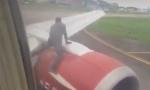 PANIKA U AVIONU: Putnici zapanjeni scenom koju su videli kroz prozor (VIDEO)