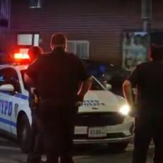 PANIKA U NJUJORKU! Naoružani napadači izrešetali frizerski salon, ranili 10 osoba nasred ulice (VIDEO)