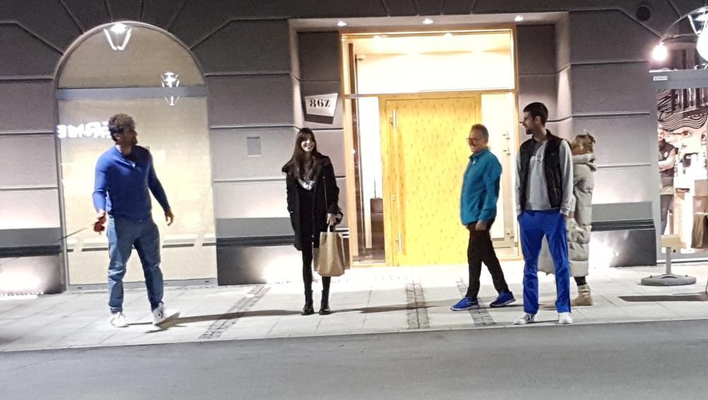 PAPARACO KURIRA UHVATIO NOVAKA: Đoković šeta psa, dok Stefan igra tenis! A onda su im se pridružile Jelena i Tara (FOTO)