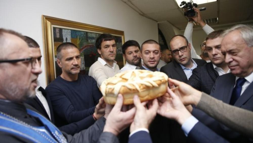 PARTIZAN PROSLAVIO SLAVU: Vladimir Stojković lomio svečani kolač!