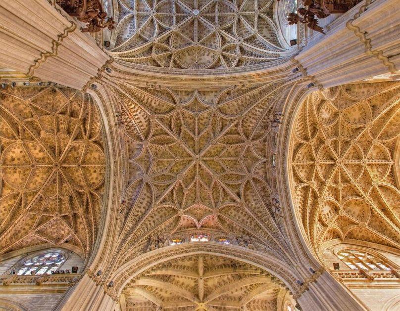 PATLIDŽAN, PARIKE I HLEB: Otkrivene tajne kamene gozbe na zidovima katedrale u Sevilji i zašto nedostaje jedna, ključna, namirnica