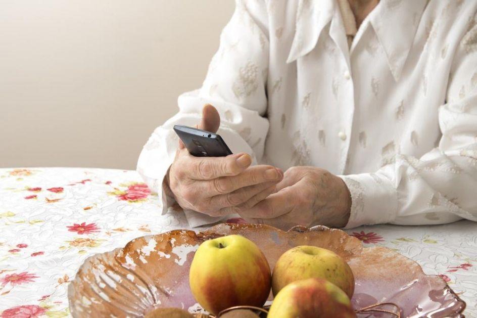 PENZIONERKA (68) SEKSUALNI PRESTUPNIK: Zvala Hitnu pomoć i rukom ispregledala bolničaru muškost: Koliki ti je?!