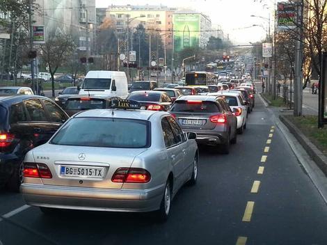 PETAK, ŠPIC - GUŽVE Dugačke kolone na mostovima, auto-putu, Novom Beogradu, ali i nekim NEOBIČNIM MESTIMA