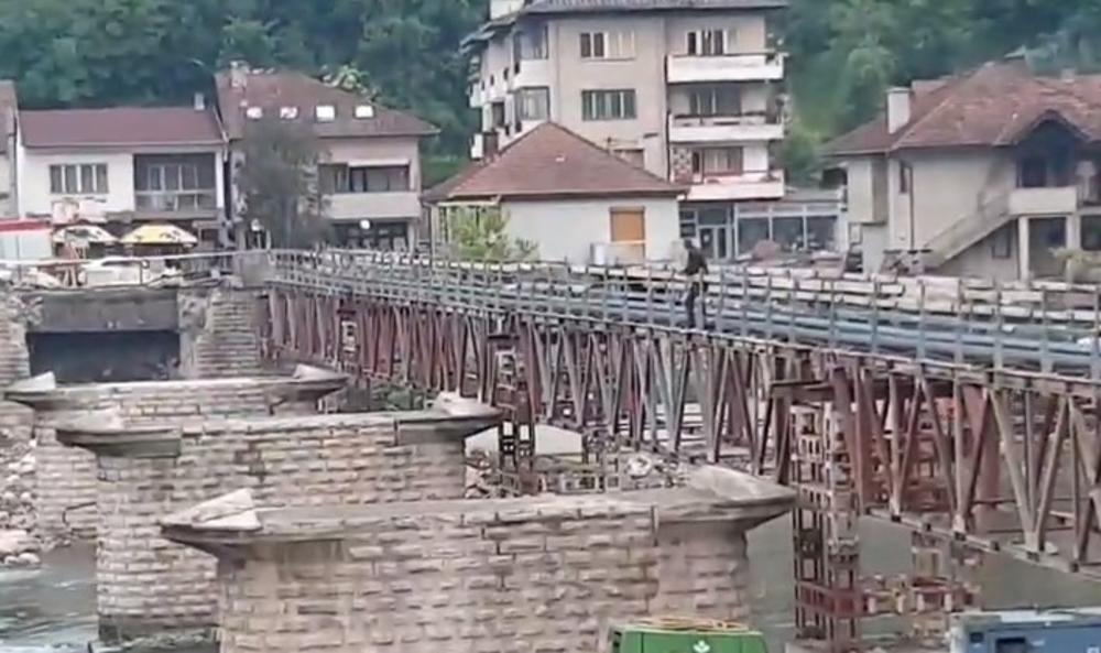 PEVAČ ZVEZDA GRANDA HTEO DA SE UBIJE: Popeo se na most da skoči, a evo ko ga je spasao (VIDEO)