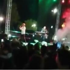 PEVAJ SRBIJO KAD TI SE PLAČE: Koncert u Kosovskoj Mitrovici u inat Prištini i EU! EMOCIJE! (VIDEO)