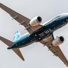 PILOTI UGLEDALI JAKU SVETLOST: Avion naleteo na nepoznati leteći objekat, sudar izbegnut za dlaku