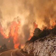 PLAMENI JEZICI LIŽU MAGISTRALU: Stravičan snimak požara koji guta dalmatinsku obalu (VIDEO)