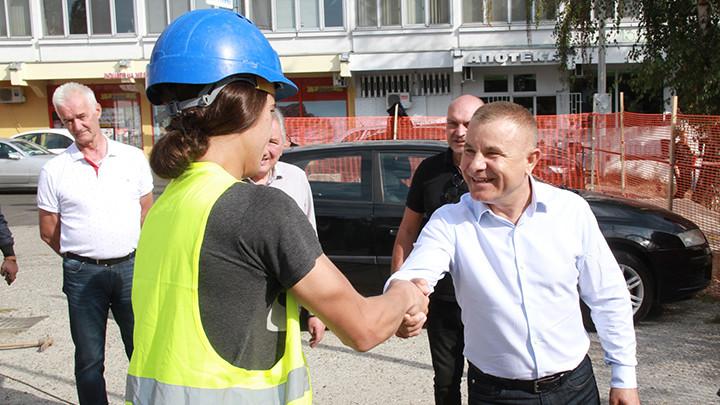 POČELA REKONSTRUKCIJA PLATOA U OPŠTINI RAKOVICA! Miličković:Važno nam je da izađemo u susret zahtevima naših sugrađana (FOTO)