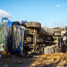 PODGORIČANI U NEVERICI: Kamion preleteo ulicu i trotoar, vozač hitno hospitalizovan!