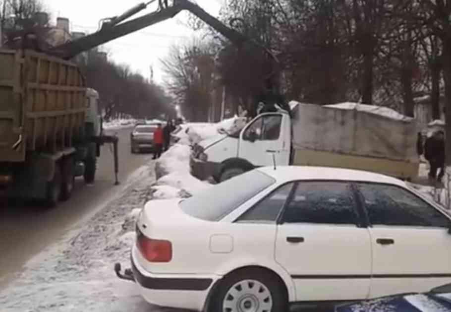 POGLEDAJTE KAKO IZGLEDA KAD U RUSIJI PAUK NOSI VOZILA: Ovaj kamion je u trenutku NESTAO sa parkinga (VIDEO)
