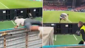 POGLEDAJTE KOLIKO JE SAMO SMOTAN: Ludi Rus pokušao da uđe na teren, pa se 'prevrnuo' preko ograde! (VIDEO)