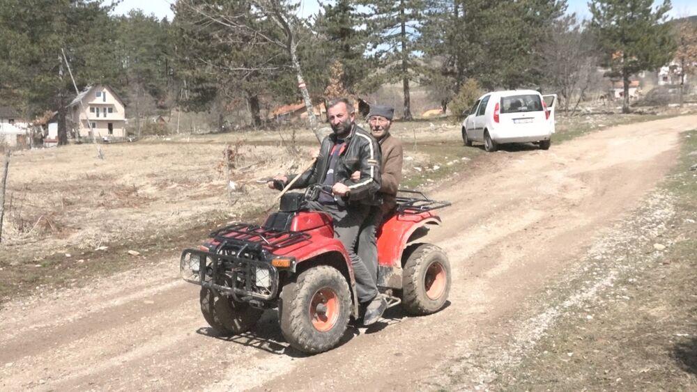 POGLEDAJTE SUPER DEKA (97) JEZDI GORAMA! Petar se po planini vozi kvadom, sreće medvede i ima OPASNU poruku za Vučića (VIDEO)