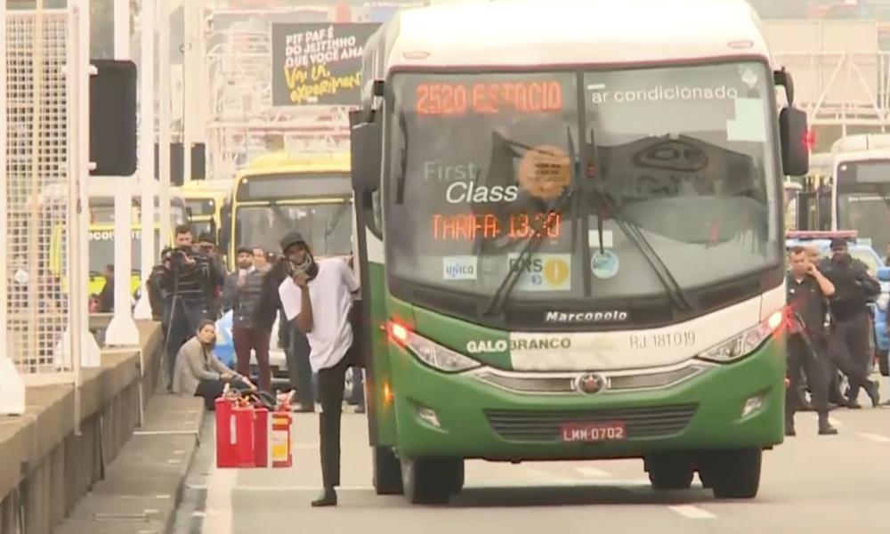 POGLEDAJTE TRENUTAK KADA JE POGOĐEN OTMIČAR U BRAZILU: Izašao je iz autobusa, bacio torbu, a onda ga je snajperista pronašao (UZNEMIRUJUĆI VIDEO)