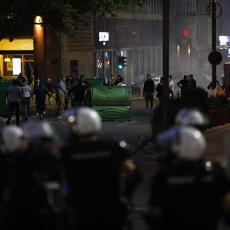 POLICIJA PONOVO NA UDARU HULIGANA: Pogledajte trenutak kada DEMONSTRANTI bacaju suzavac na policajce! (FOTO/VIDEO)