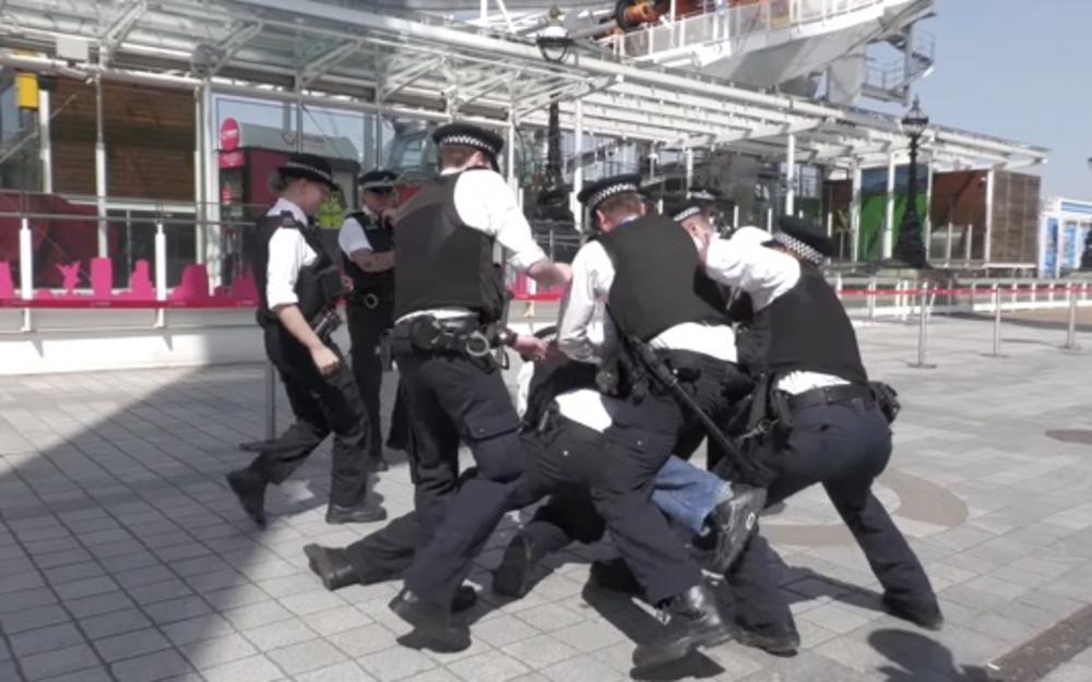 POLICIJA U LONDONU RAZBILA PROTEST PROTIV MERA DRŽAVE: Okupili se uprkos zabrani, policija ih pohapsila i kaznila VIDEO