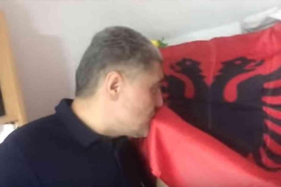 POLUDELI NADRILEKAR! ALBANCI SU BOŽIJI NAROD, JA SAM ALBANAC: Miroljub Petrović LJUBI ALBANSKU ZASTAVU i poziva Srbe da se POARBANAŠE! (VIDEO)