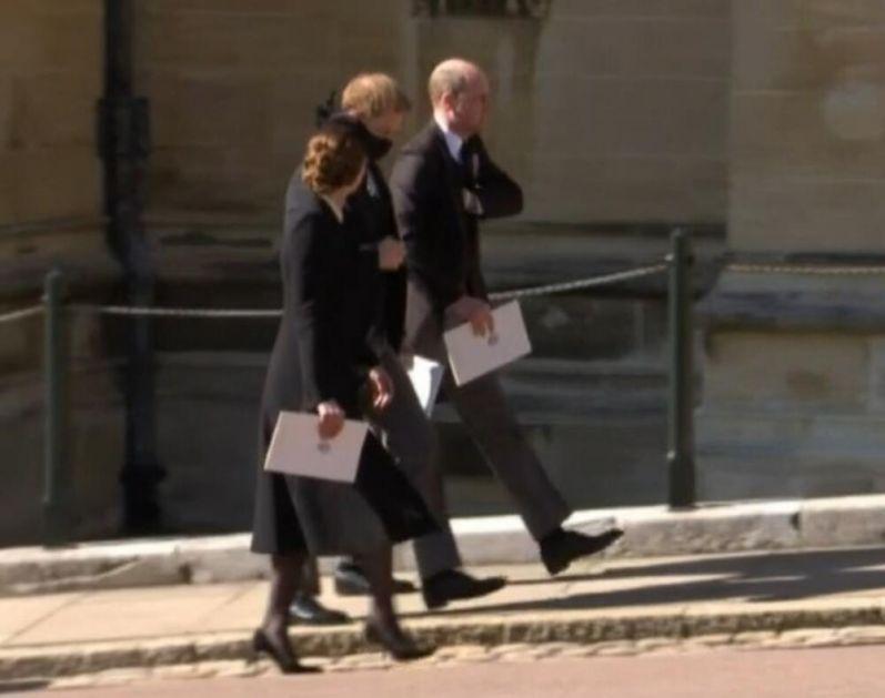 POMIRENJE NA POMOLU? Prinčevi Hari i Vilijam zajedno napustili pogrebnu ceremoniju FOTO