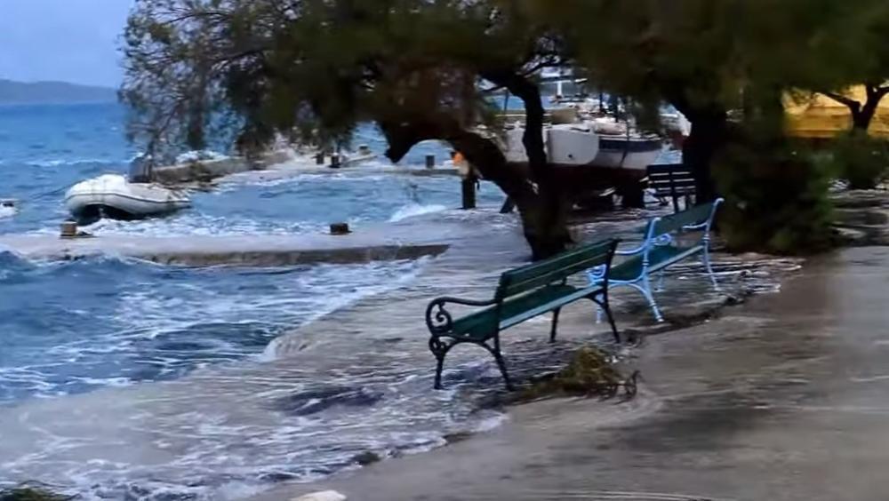 PONOVO HAOS NA JADRANU: Jugo šiba 105 km na sat, rive pod vodom (VIDEO)