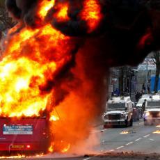 PONOVO POČINJU NEVOLJE? Nastavlja se HAOS na ulicama Irske, protestanti spalili autobus i napali policiju (VIDEO)