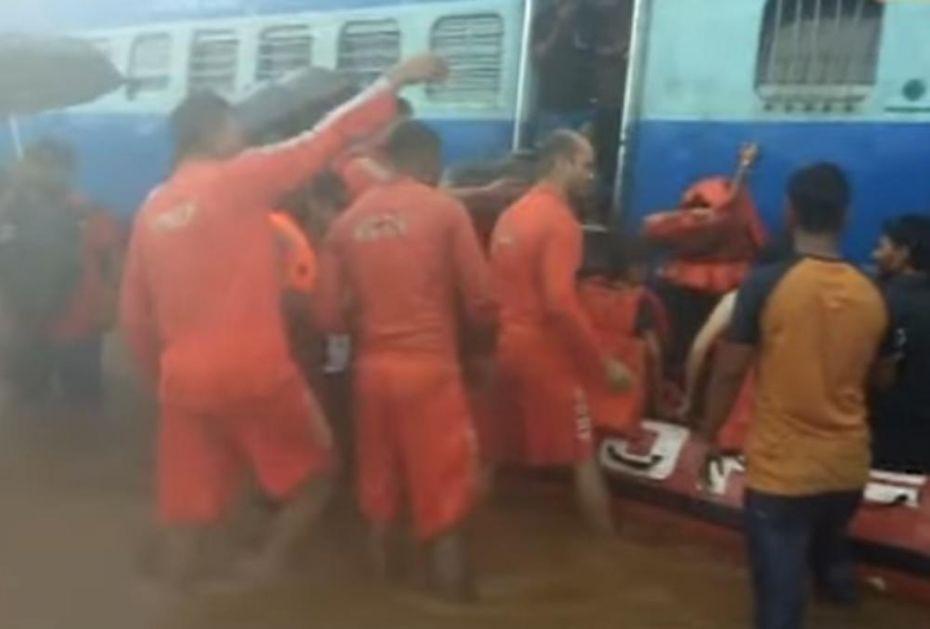 POPLAVE SU ZAROBILE VOZ U INDIJI: Za neke od putnika jedini spas je bio - HELIKOPTER (VIDEO)