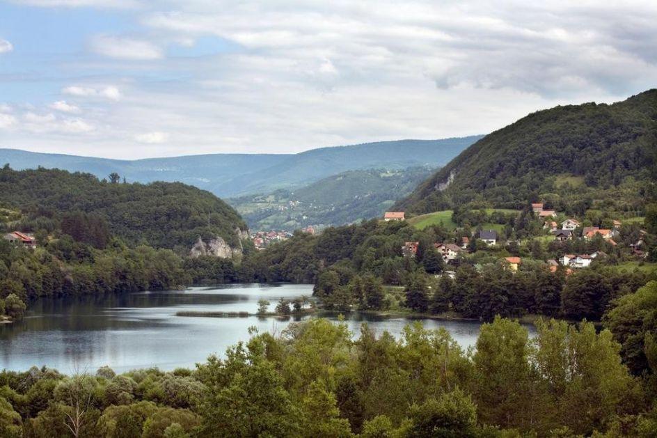 POPLAVE U REPUBLICI SRPSKOJ: Obilne padavine napravile haos! Poplavljena Opština Jezero i okolna sela, zatvoren deo puteva