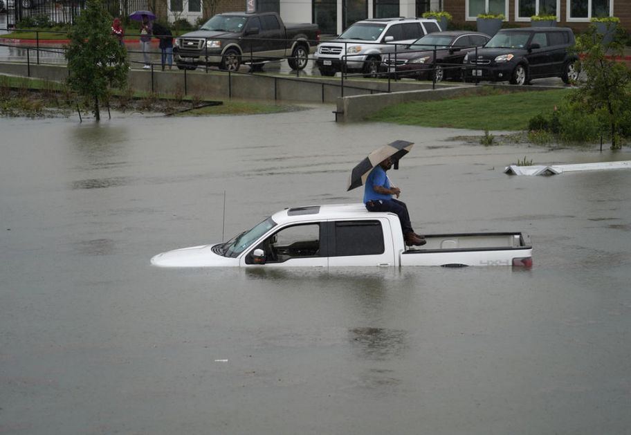 POPLAVE VEĆ ODNELE DVA ŽIVOTA U TEKSASU: Oluja Imelda napravila haos! Spsioci se probijaju do zarobljenih ljudi u automobilima i kućama! (FOTO)