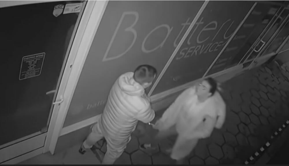 POSLE LJUBAVNE SVAĐE DEVOJKA ZAVRŠILA GLAVOM U IZLOGU RADNJE: Snimak nadzornih kamera otkriva pravu istinu o sukobu VIDEO