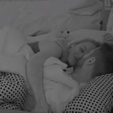 POSLE SVAĐE, SVE JE SLAĐE: Luna i Marko se ušuškali u krevet i razmenjivali nežnosti (VIDEO)