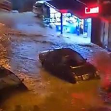 POTOP U SJENICI! VODA NOSILA SVE PRED SOBOM: Glavna ulica pretvorena u reku, padao grad veličine lešnika (VIDEO)