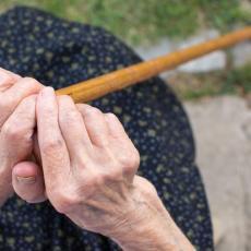 POTUKLE SE BAKE NA ULICI: Žena izudarala drugu DRVENIM PREDMETOM, nanela joj teške povrede