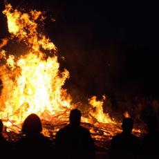 POŽAR NADOMAK BEOGRADA: Vatrogasci na terenu, dim PREKRIO nebo