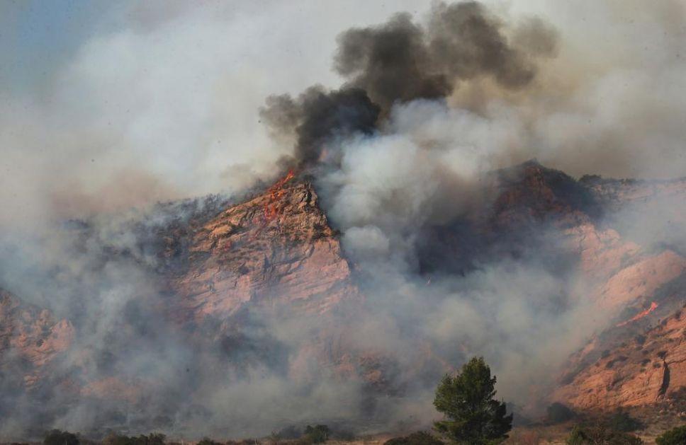 POŽAR U KALIFORNIJI: Vatrogasci se bore da ukrote vatrenu stihiju koja ne prestaje da divlja, evakuisano 25.000 ljudi (VIDEO)