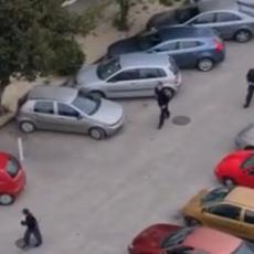 PRAVA DRAMA U SPLITU! Mladić naoružan noževima šetao po ulici, usledila FILMSKA POTERA policajaca! (VIDEO)